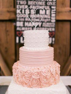 white and rose colored wedding cake @weddingchicks