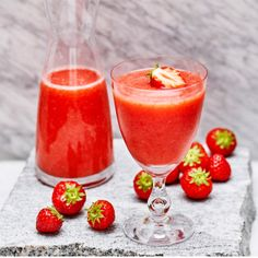 (Take a quarter of a kilo of strawberries, squeeze a lime and pour 33 ounces lemonade. It really is not to make a refreshing virgin strawberry daiquiri) Virgin Cocktails, Cocktail Drinks, Daiquiri, Strawberry Daquiri, Rick E, Ice Cream Candy, Dessert For Dinner, Different Recipes, Summer Drinks