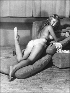 Marilyn Monroe posed for photographer Earl Moran for Playboy Magazine in it's first issue. Earl Moran, Brigitte Bardot, Marilyn Monroe Fotos, Richard Avedon, Art Poses, Pin Up Models, Norma Jeane, Classic Beauty, Belle Photo