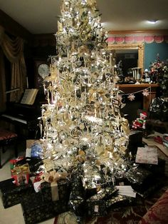 loving this tree....right in the middle of the room!  why not?