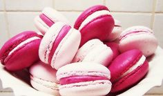 Pink ribbon macaroons colored icing between two cookies! Not necessarily macaroons though. In the party colors. Macarons Rosa, Pink Macaroons, French Macaroons, Cute Food, Good Food, Yummy Food, Pink Foods, Whoopie Pies, Cake Pops