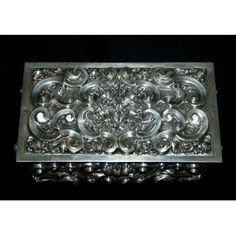Antiga caixa porta jóias em prata européia 835 mls. contrastada e interior em vermeil ( banho de ouro ). Rico trabalho em rebatidos e cinzelados:volutas, rocalhas e rosas. Peso: 405 gramas. Medidas: 5x16,5x9,5 cm.