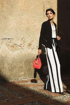 bda001c68bb4 Pantaloni a palazzo a righe - Un modello bicolor sotto una giacca nera.  Minimal Chic