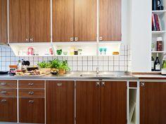Stadshem via Darling Things Turquoise Kitchen Decor, Copper Kitchen Decor, Chef Kitchen Decor, French Kitchen Decor, Kitchen Cabinets Decor, Kitchen Styling, Kitchen Interior, Vintage Kitchen, Kitchen Dining