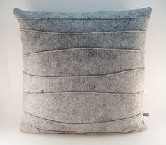 Oreiller avec bord côte en feutre gris par SheilaWeilStudios