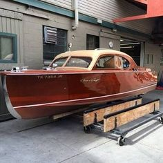 A thing of beauty, Chris Craft style. Old Boats, Small Boats, Model Boats For Sale, Course Vintage, Wooden Speed Boats, Chris Craft Boats, Classic Wooden Boats, Build Your Own Boat, Wooden Boat Plans