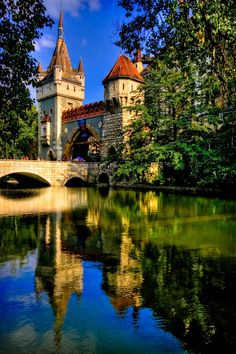 Vajdahunyad vára (Vajdahunyad Castle) 29 Places That Prove Budapest Is The Most Stunning City In Europe Places Around The World, Oh The Places You'll Go, Places To Travel, Places To Visit, Milan Kundera, Europe Centrale, Photo Voyage, Hungary Travel, Cities In Europe