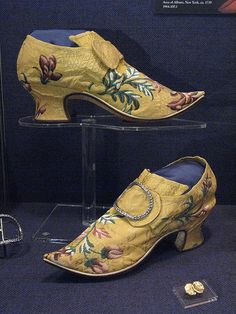 Embroidered Shoes, ca. 18th Century Clothing, 18th Century Fashion, Vintage Shoes, Vintage Outfits, Victorian Shoes, Socks And Sandals, Floral Shoes, Old Shoes, Historical Clothing