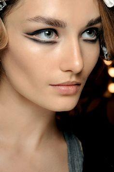 """O ile zimą kobiety najchętniej podkreślały oczy za pomocą smokey eyes (czyli przydymionego oka), to wiosną będą stosowały odważne, ekstrawaganckie kreski na oczach (tzw. """"graphic liner"""") w stylu Dolce & Gabbana. Modne są zarówno klasyczne"""