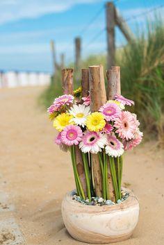 Colourful gerbera bouquet close to the beach #pinkegerberas #whitegerberas #inspiration #colouredbygerbera #dutchgerbera