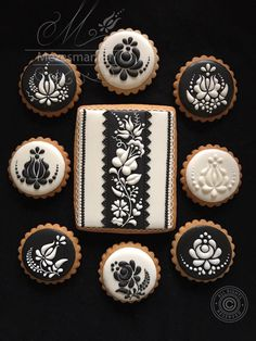 Black & White Flower Cookies | Mézesmanna