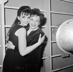 Mom and Daughter - Liza Minnelli & Judy Garland. Hooray For Hollywood, Golden Age Of Hollywood, Vintage Hollywood, Hollywood Stars, Classic Hollywood, Judy Garland Liza Minnelli, Hugs, Divas, Jazz