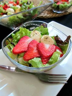 Las ensaladas más apetitosas de la red. Ensalada de lechuga fresas mozzarela y salsa de mango.