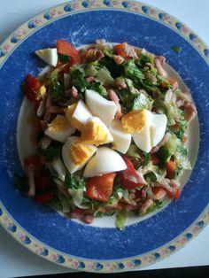 Gewokte spekjes met paprika en rauwe andijvie. Gekookt eitje erover en klaar!
