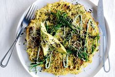 Japanese cabbage pancakes with avocado A giant gluten-free okonomiyaki loaded with healthy veg is the perfect nourishing green breakfast. Vegetarian Recipes, Cooking Recipes, Healthy Recipes, Free Recipes, Savoury Recipes, Quick Recipes, Healthy Options, Easy Cooking, 10 Minute Meals