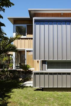 Image 9 of 23 from gallery of Nikau House / Strachan Group Architects. Photograph by Jackie Meiring Steel Cladding, Cedar Cladding, House Cladding, Exterior Cladding, Facade House, House Roof, House Exteriors, Auckland, Unique Buildings