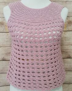 I'm thrilled to share this free pattern for an easy, breezy summer top - the Sunset Shells Crochet Top! This crochet top is perfect for warmer weather. T-shirt Au Crochet, Cardigan Au Crochet, Pull Crochet, Crochet Vest Pattern, Mode Crochet, Crochet Shirt, Crochet Stitches Patterns, Crochet Woman, Knitting Patterns