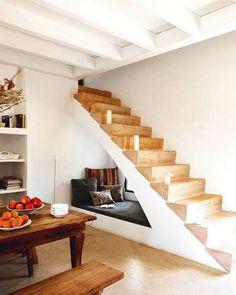Cantinho de leitura embaixo da escada