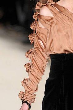 Chloé at Paris Fashion Week Fall 2009 - Details Runway Photos Couture Details, Fashion Details, Look Fashion, Fashion Beauty, Fashion Show, Womens Fashion, Fashion Design, Chloe Fashion, Kurti Sleeves Design