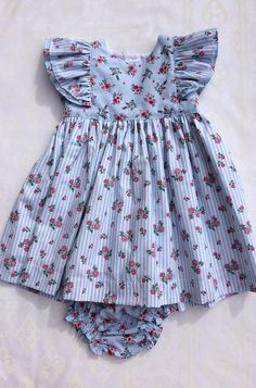 O Patinho Feio | Vestidos Cotton Frocks For Kids, Frocks For Girls, Kids Frocks, Dresses Kids Girl, Girl Outfits, Frock Patterns, Baby Girl Dress Patterns, Baby Dress Design, Kids Dress Wear