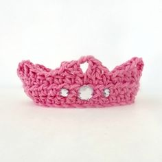 This easy crochet pattern would make the cutest baby shower present! Click for the free pattern