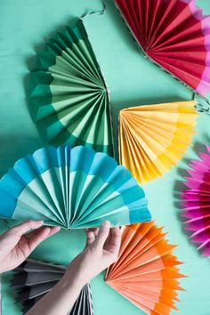 Paper fan garland - Perfect above your bed or around your windows! DIY garland that quick and easy.