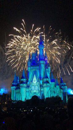 Disney Vacations, Disney Trips, Disney Parks, Disneyland Christmas, Disney World Christmas, Wallpaper Animes, Disney Wallpaper, New Year Pictures, Disney Pictures