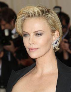 Glamour Charlize Theron l'a bien compris, cette coiffure asymétrique met divinement bien son visage en valeur. À copier sans modération !