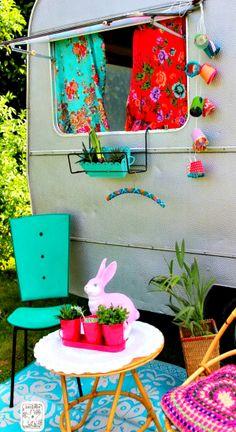 Cute and funky retro camper Caravan Vintage, Vintage Rv, Vintage Caravans, Vintage Travel Trailers, Little Campers, Retro Campers, Happy Campers, Vintage Campers, Rv Campers