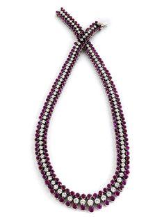 Halsweite: ca. 40,5 cm. Breite mittig: ca. 1,5 cm. Gewicht: ca. 100,1 g. WG 750. Um 1960. Prächtiges geschmeidiges Collier im Verlauf mit feinen rund...