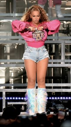 Think pink! Beyonce sang and danced in a hot-pink custom-made Balmain satin sweatshirt, denim short shorts and holographic spangled boots during Week 2 of the Coachella Valley Music and Arts Festival in Indio, California, on April Cowgirl Halloween Costume, Pop Culture Halloween Costume, Halloween Costumes For Girls, Costumes For Women, Halloween Halloween, Halloween Makeup, Sexy Outfits, Cool Outfits, Silver Outfits