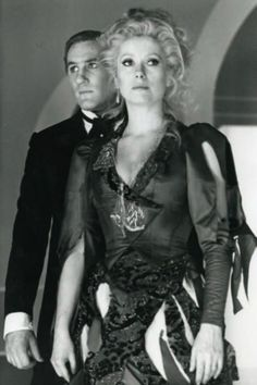 """Catherine Deneuve et Gérard Depardieu sur le tournage du"""" Dernier Métro"""" ( François Truffaut,1980)."""