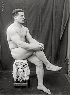 Ernest Cadine - 1921 - Agence photographique Rol (Paris) - Ernest Cadine (1883-1978) haltérophile, 1 m 67 pour 82 kg, médaille d'Or aux Jeux Olympiques d'Anvers en 1920, s'est produit par la suite comme homme fort sur les scènes de music-halls et a fait carrière dans la lutte libre (catch) dans les années 1930. - Remarquer la superbe dentelle au crochet !