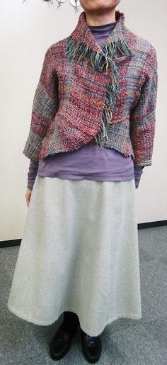 Saori jacket with curved front Easy Sewing Patterns, Clothing Patterns, Loom Weaving, Hand Weaving, Weaving Wall Hanging, Textiles Techniques, Weaving Projects, Yarn Bombing, Tear