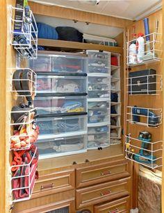 Geweldig idee om ondiepe mandje in de deurtjes te hangen voor extra opbergruimte!