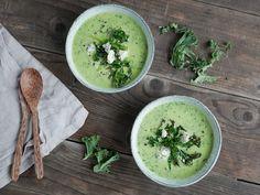 Recept: Grönkålssoppa med kokosgrädde. Snabbt, nyttigt och enkelt! Toppa med grönkålschips och ädelost (skippa osten om du vill ha soppan mejerifri)