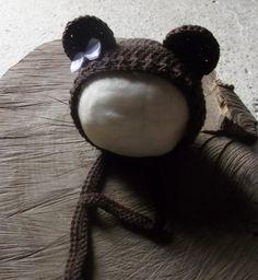 Gorro confeccionado em crochê em fio importado. <br>detalhes - laço ( não fixo podendo usar em ambos os sexos) <br>cor - marrom <br>tamanhos - RN / 1 a 3 / 3 a 6 meses