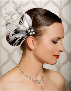 This headpiece has a vintage brooch metal clip that is embellished with a blend of soft ivory and grey coloured feathers setting so well with the black and white clip.