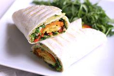 Vegane Wraps mit Süßkartoffel, Avocado-Hummus und Tofu
