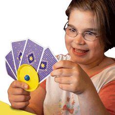 // Faciliter la préhension // PORTE-CARTES ROND - Il permet aux enfants et adultes ayant peu de force manuelle ou une dextérité limitée de tenir un jeu de cartes à jouer en main.