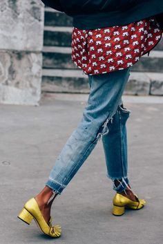 chaussures dorées dans la journée avec un jean