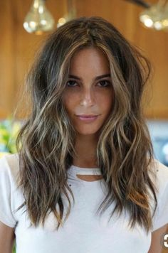 Balayage is the most popular hairstyle at present. In addition to ombre hairstyles or Brazilian hairstyles, balayage hairstyles dominate the dominant hairstyle trend. So what are balayage… Medium Hair Styles, Curly Hair Styles, Hair Medium, Medium Textured Hair, Medium Length Wavy Hair, Cute Hair Cuts Medium, Cuts For Thick Hair, Hair Cut Styles, Brown Layered Hair