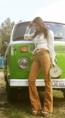 A estética hippie que ditou a moda nas roupas dos anos 70 – Florais, calça boca de sino , tamancos e estilo camponesa são alguns dos destaques da década