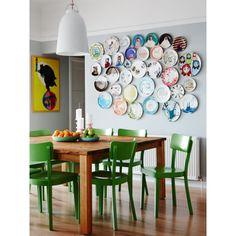 Conexão Décor www.conexaodecor.com Pratos na parede decorando, no blog da Conexão Décor  Inspiração do dia: sala colorida com arranjo de parede incrível