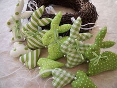 Door, wall and table rings are a familiar sight before and at Easter as traditional forms of jewelry Happy Easter, Easter Bunny, Easter Eggs, Bunny Crafts, Easter Crafts, Fabric Toys, Fabric Crafts, Diy And Crafts, Crafts For Kids