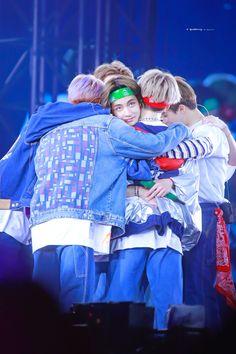 """""""Taehyung being caring and sweet for BTS : A short thread"""" Jimin, Bts Taehyung, Bts Bangtan Boy, Bts Aegyo, Foto Jungkook, Bts Lockscreen, Foto Bts, V And Jin, Bts Group Photos"""