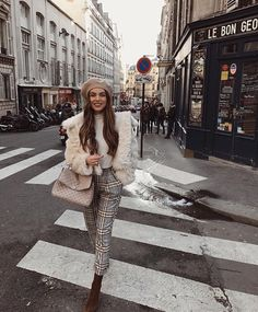47 Stunning Parisian Street Style Trends 2018 Ideas People have many stereotypes. Especially towards the other nations. Some of them are not merely stereotypes but the very truth, … Street Style Trends, Street Styles, Fall Winter Outfits, Autumn Winter Fashion, Winter Clothes, Winter Style, Spring Outfits, Beret Street Style, Style Parisienne