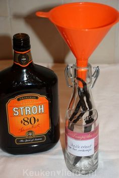zelf vanille extract maken. Strohrum/rum/wodka samen met drie opengesneden vanillestokjes in een schoon afsluitbaar flesje stoppen. Om de zoveel tijd even schudden en na 6 tot 8 weken heb je je vanille extract. :)