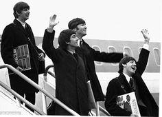 Beatles Airport1964 w LPs