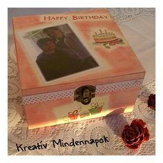 Fa dobozka születésnapra. Rózsaszín pasztellel árnyékolva,fotóval; fehér csipkével körbeszegélyezve. Dobozmintákkal díszítve.